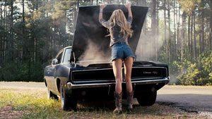 Donna in panne con l'auto
